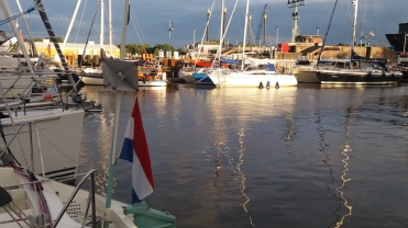 The Brunsbuttel harbor is located in the canal, just before the lock. You can admire ships from close distance and drive directly to the lock when white light gives you a permission to do so.
