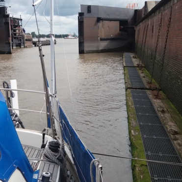 Same system as in the previous lock: tie to a pontoon. The water level rouse about a meter and it caused no turbulence or anything.